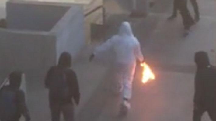 Video: El momento exacto en que lanzan una molotov a carabinero en el Liceo de Aplicación