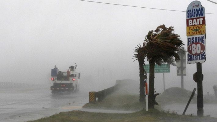 Huracán Florence comienza a azotar la costa este de EE.UU. con vientos de 155 km/hr