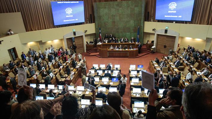 Cambios de postura y enfrentamiento por pareos: La trastienda de las 10 horas de debate en que se rechazó la acusación