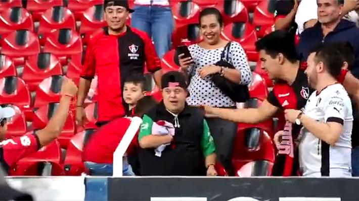 El conmovedor gesto de Lorenzo Reyes con un hincha con Síndrome de Down que saca aplausos en México