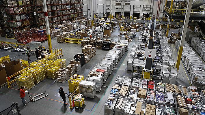 Amazon mira a un nuevo récord en ventas: ¿Qué hay detrás del alza del sueldo mínimo a los trabajadores de la compañía?