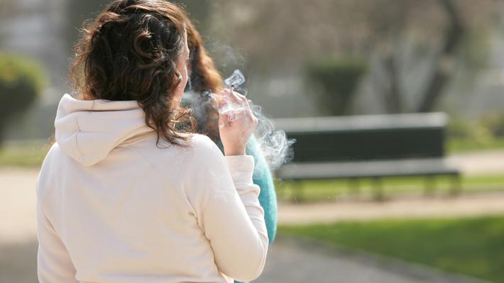 Las Condes busca prohibir fumar en plazas de la comuna