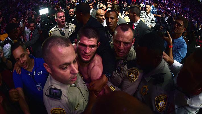 Escándalo en la UFC: Khabib le dio una paliza a McGregor y luego saltó la reja y se peleó con el público