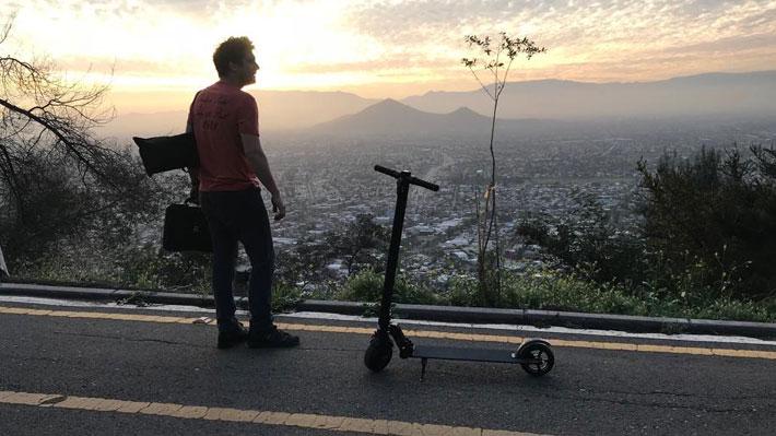 Hop entre gigantes: El emprendimiento chileno que se suma a la disputa del monopatín eléctrico en Santiago