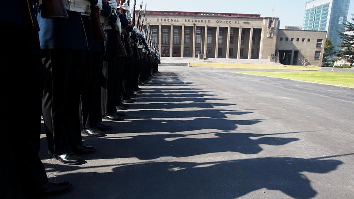 """Ejército desmiente homenaje a Krassnoff y asegura que hijo del brigadier (r) le dedicó palabras """"fuera del espíritu"""" de una actividad en la Escuela Militar"""