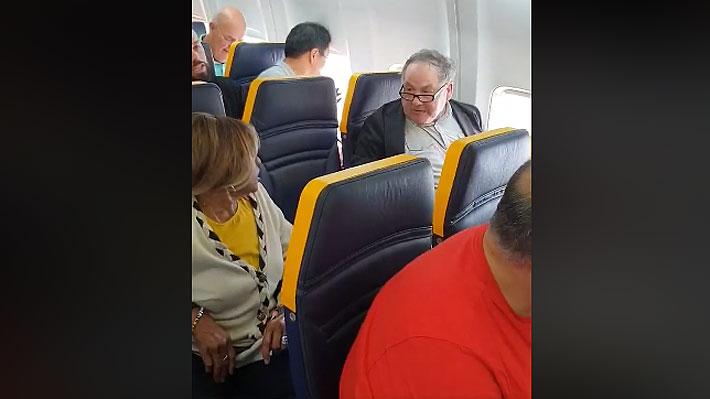 Hombre protagoniza incidente en vuelo de Ryanair: Insultó a mujer de raza negra que iba sentada a su lado