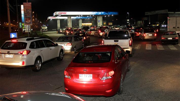 Camioneros de Magallanes realizan bloqueo de accesos y automovilistas colapsan bencineras por temor a quedar sin combustible