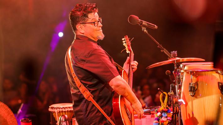 Tras grave accidente automovilístico, Joe Vasconcellos regresa a los escenarios con aplaudido show en Vívela Festival
