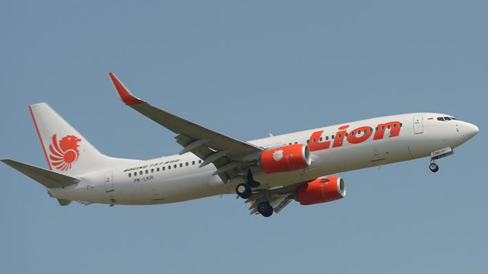 Avión se estrella en el mar minutos después de despegar en Indonesia