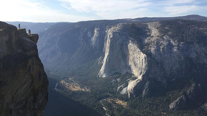 Al parecer se tomaban una selfie: Pareja muere tras caer desde un mirador del popular parque Yosemite de California