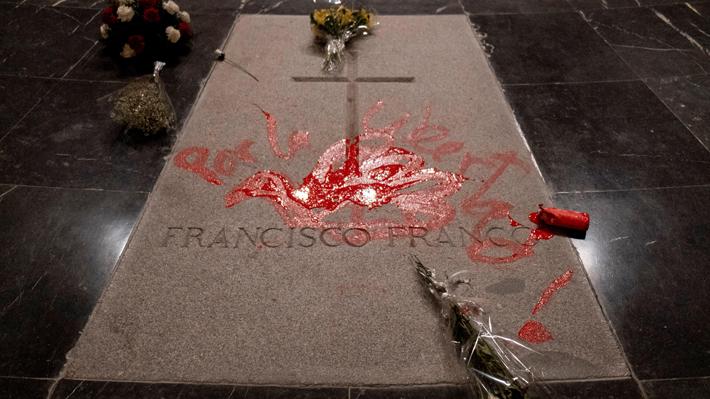 Video: El momento en que un artista pinta una paloma roja y escribe sobre la tumba de Franco
