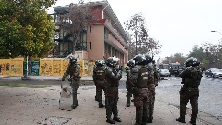 FF.EE. de Carabineros irrumpe en el liceo Darío Salas tras incidentes: Entre los detenidos hay tres docentes