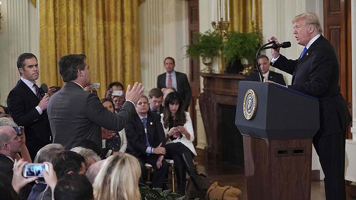 Cadena de televisión defiende a periodista increpado por Trump en conferencia de prensa