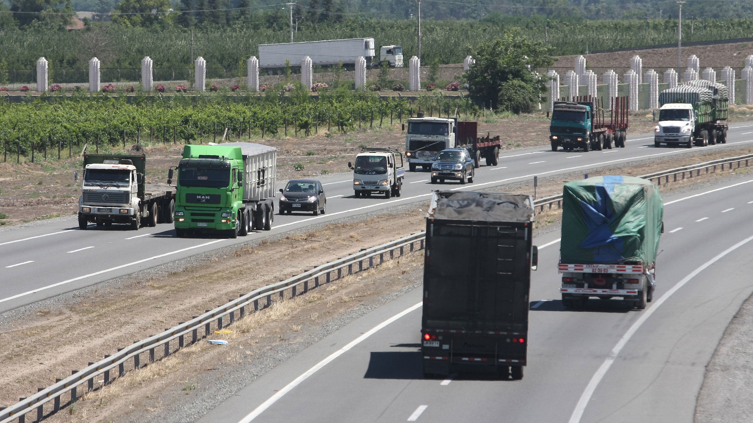 Camioneros anuncian alza de tarifas ante prolongada subida del petróleo