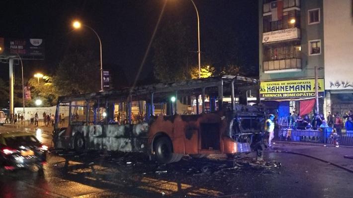 Grupo de encapuchados quema bus del Transantiago en la comuna de Estación Central