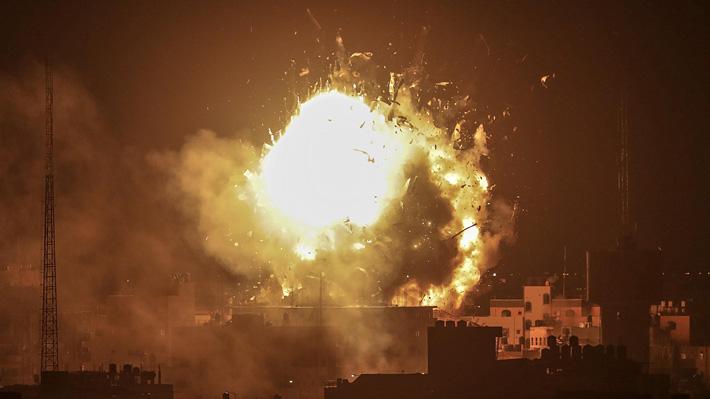 Israel bombardea canal de TV de Hamas en Gaza en represalia por disparos de cohetes