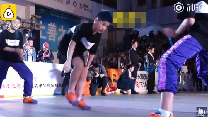 Video: El increíble récord de un adolescente en competencia de salto en cuerda doble