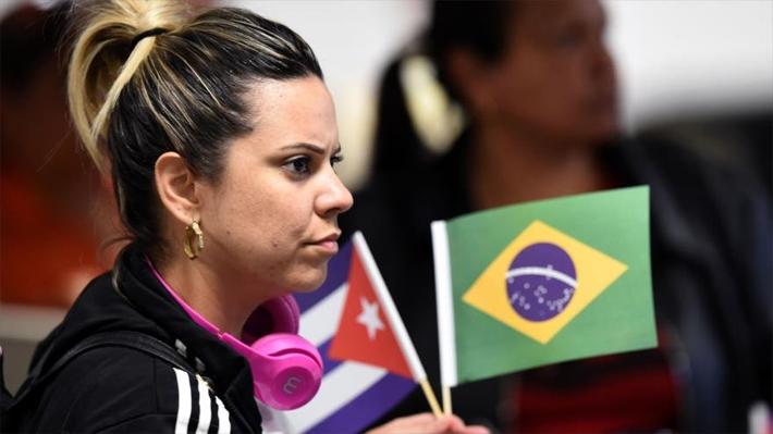 Médicos cubanos inician retirada de Brasil tras críticas de Bolsonaro