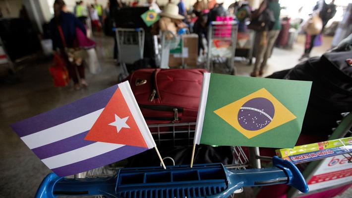 Cuba recibe como héroes a los primeros médicos que retornan desde Brasil
