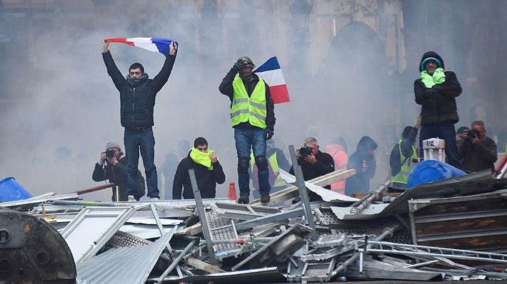 """Incidentes se registran durante la protesta de los """"chalecos amarillos"""" en París"""