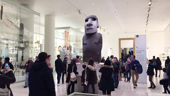 """De """"es sólo una estatua robada"""" a """"es un regalo"""": El debate que hay en la prensa inglesa por el moái que exige Isla de Pascua"""