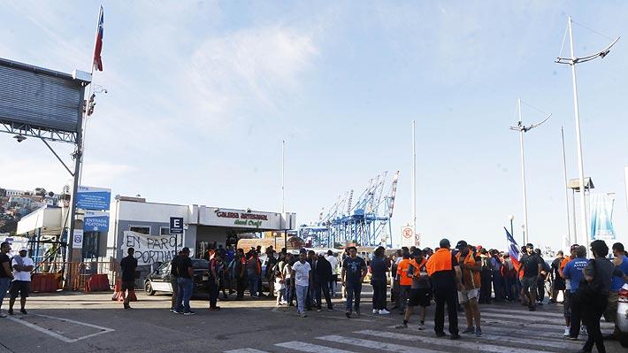 """Hacienda ve con """"preocupación"""" extenso paro portuario en Valparaíso: """"Hay un daño para el país"""""""