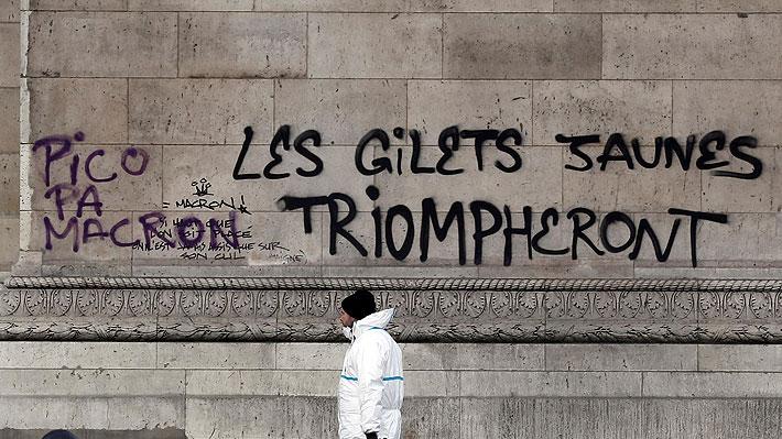 Hasta había un insulto chileno: Macron visita el rayado Arco del Triunfo tras violenta jornada de protestas