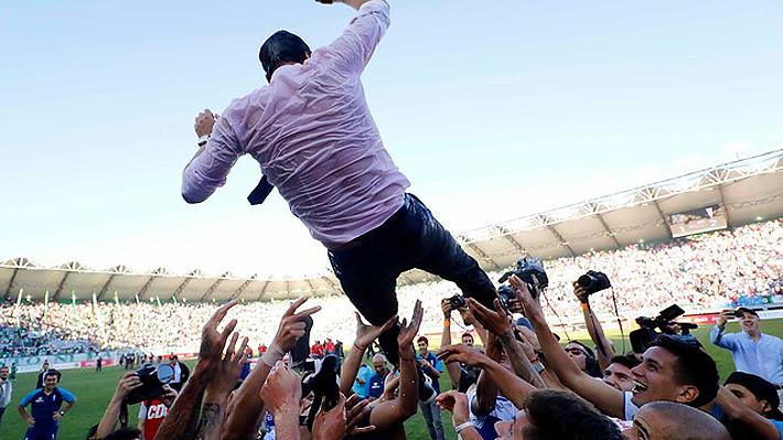 De Saavedra en muletas al manteo a Beñat: Los desatados y emotivos festejos de la UC en cancha por el título