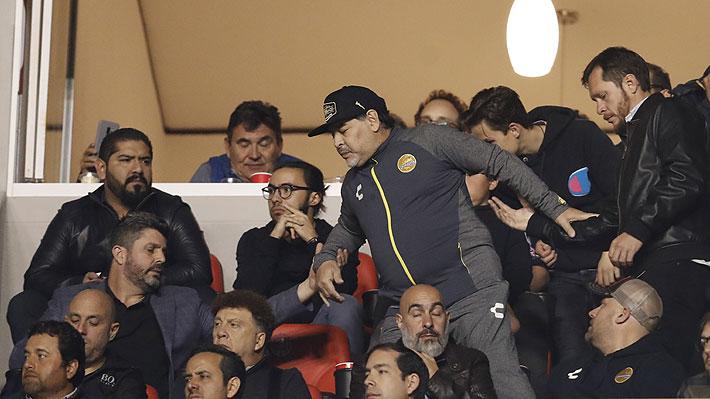 Video: Maradona insultó e intentó golpear a hinchas que se burlaron de la caída de su equipo el Dorados