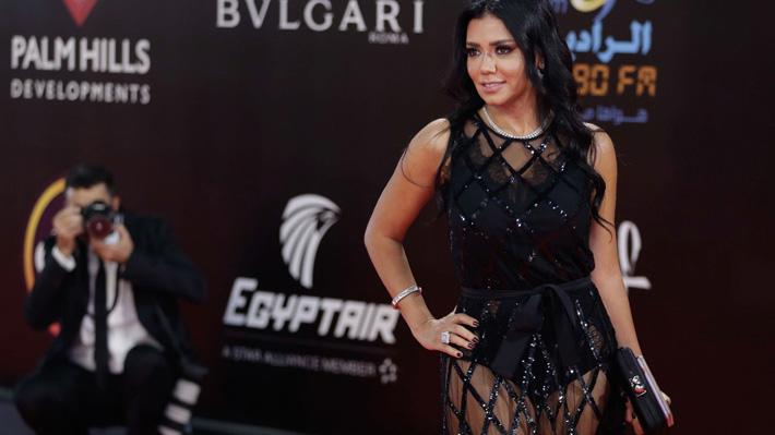 """Arriesga 5 años de cárcel: Actriz egipcia enfrenta cargos de """"obscenidad pública"""" por vestido transparente"""