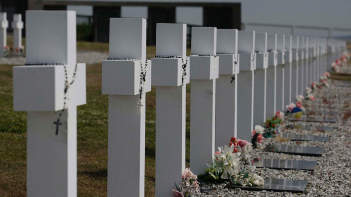 Ascienden a 106 los cuerpos identificados de soldados argentinos enterrados en Malvinas