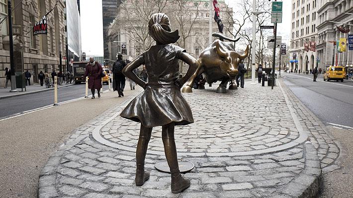 """Reubican a """"Niña sin miedo"""", la estatua que por más de un año enfrentó al Toro de Wall Street"""