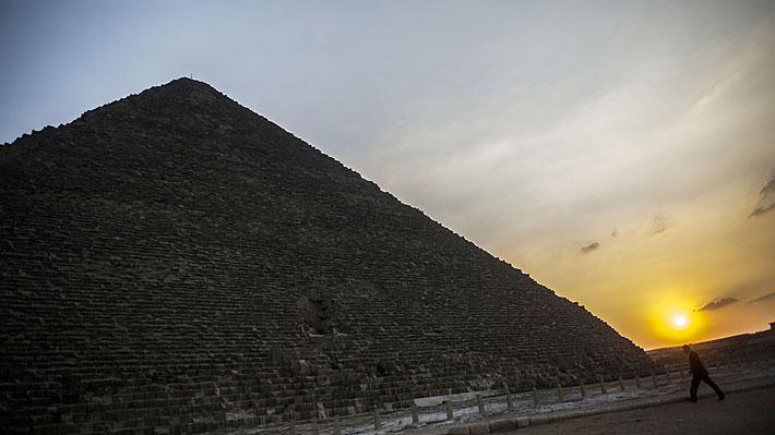 Indignación en Egipto por video de pareja que escala la Gran Pirámide de Giza y se desnuda en la cúspide