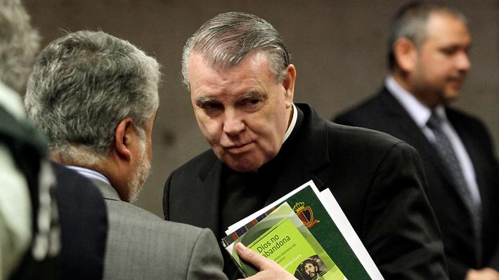 Sacerdote John O'Reilly deja el país tras cumplir condena por abuso sexual