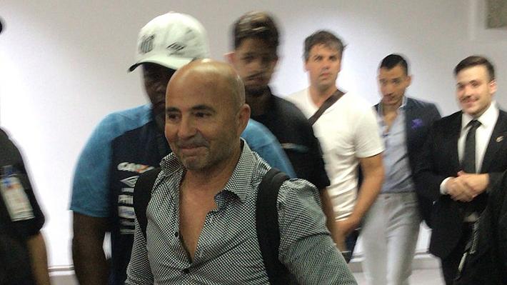 """Todo un """"Rockstar"""": Así fue la caótica llegada de Jorge Sampaoli a Brasil para asumir en el Santos"""