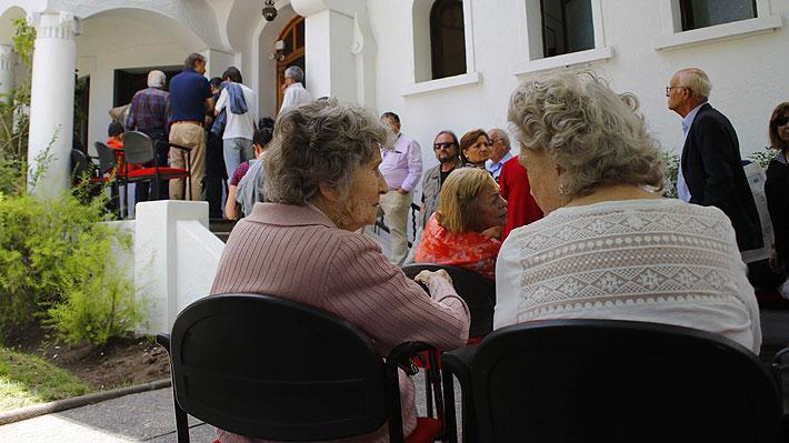 Representan el 16% de la población del país: Estudio revela las comunas con más y menos adultos mayores