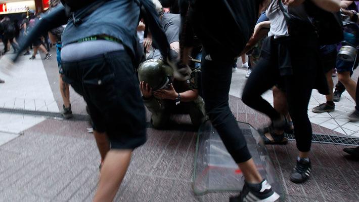 Gobierno condenó agresión: Carabinero sufre golpiza y queda inconsciente en protesta por Catrillanca en Santiago