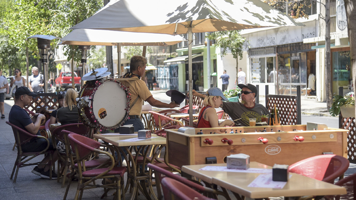 Santiago busca que músicos y artistas callejeros no puedan acercarse a terrazas en locales gastronómicos de la comuna