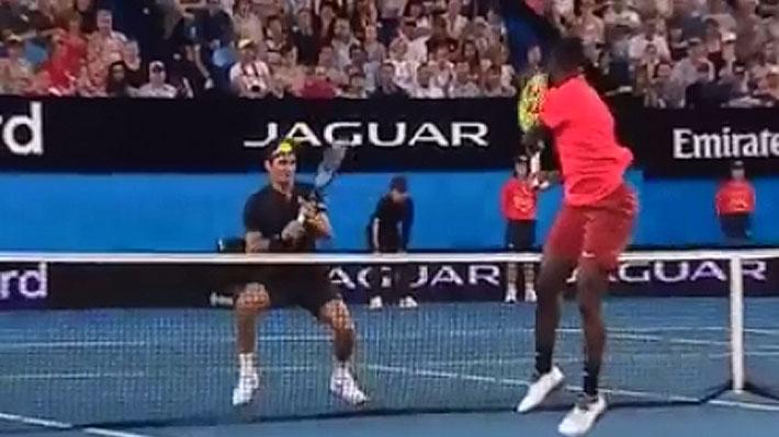 """Mira el fuerte pelotazo que Federer le dio a Tiafoe en la Copa Hopman y cómo se """"vengó"""" el estadounidense del suizo"""