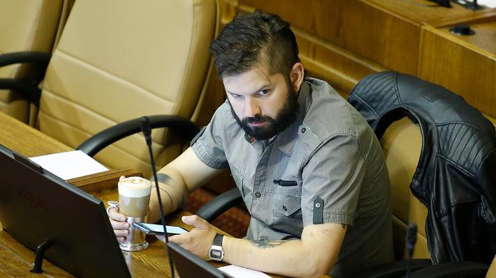 Boric insiste en disculparse por posar con polera de Jaime Guzmán pero cuestiona tono de presentación de la UDI en Ética