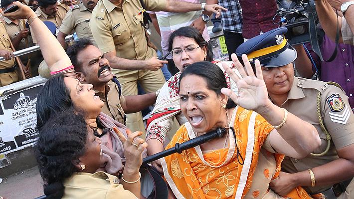 """Mujeres indias se rebelan contra prohibición de entrar a templos hindúes por ser consideradas """"impuras"""""""