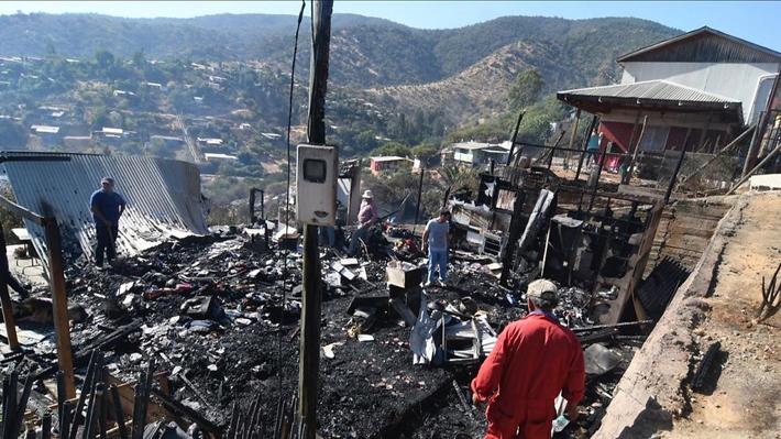 Incendio forestal en Limache destruye 50 viviendas: Carabineros efectúa evacuación preventiva en zona de peligro