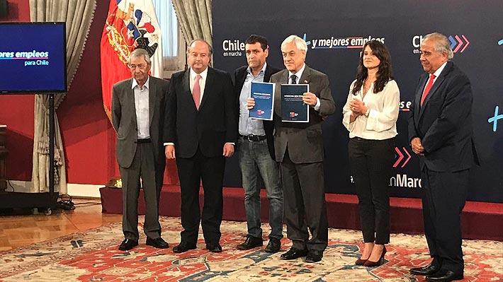 """Piñera recibe 50 propuestas para modernizar el mercado laboral: """"La actual legislación precariza mucho a los trabajadores"""""""