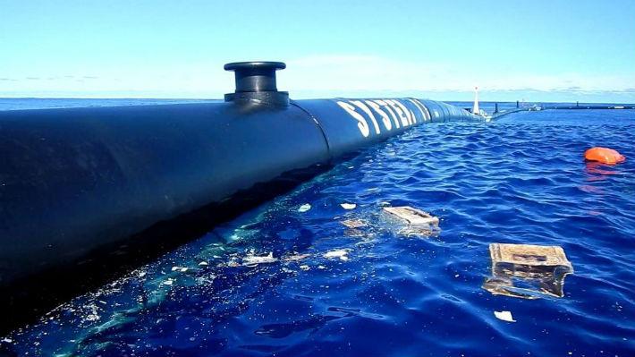 El flotador para limpiar el océano Pacífico se rompe y debe ser enviado a Hawái para su reparación