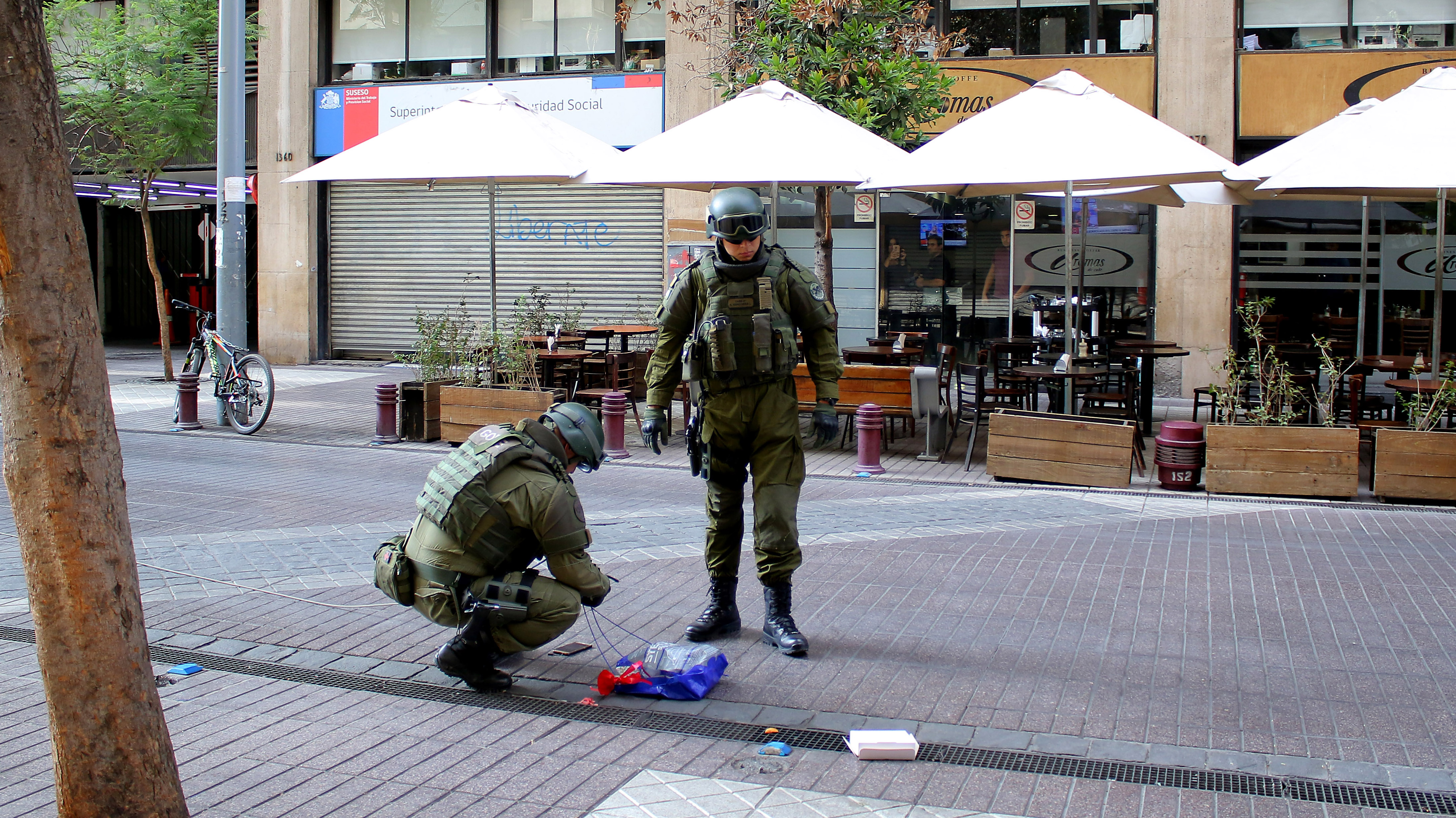 Cuatro paquetes sospechosos en Santiago, Providencia y Vitacura movilizaron al GOPE esta mañana