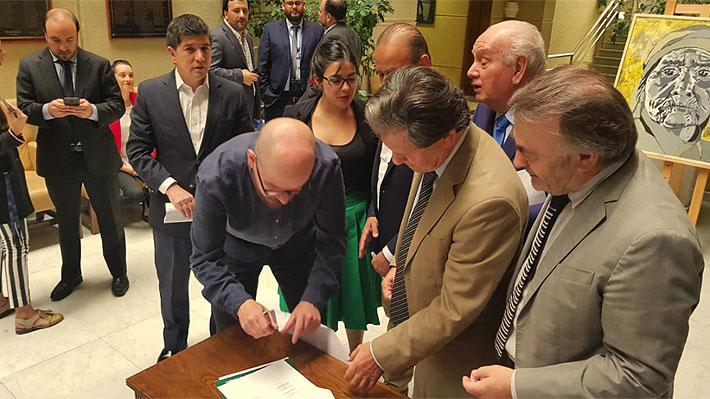"""Oposición se cuadra contra la reforma tributaria y firma """"ocho condiciones"""" para votar idea de legislar el proyecto"""