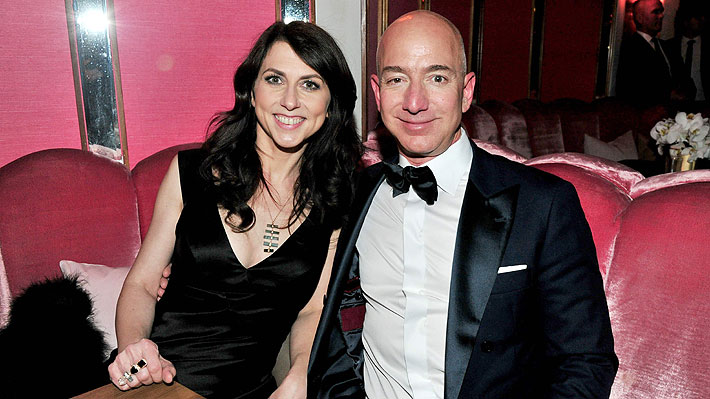 Registro de vuelos y explícitos mensajes: Revelan cómo MacKenzie Bezos supo que su marido tenía una amante