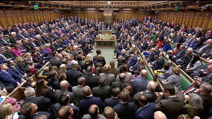 Parlamento británico rechaza por abrumadora mayoría acuerdo sobre el Brexit