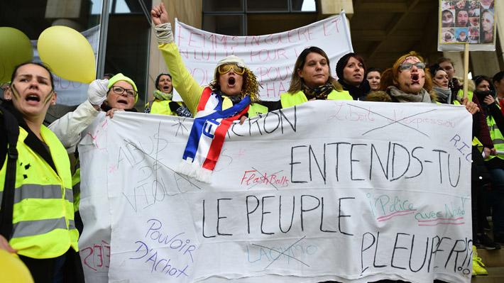 """Macron insta a un debate """"sin tabúes"""" para superar crisis de los """"chalecos amarillos"""""""