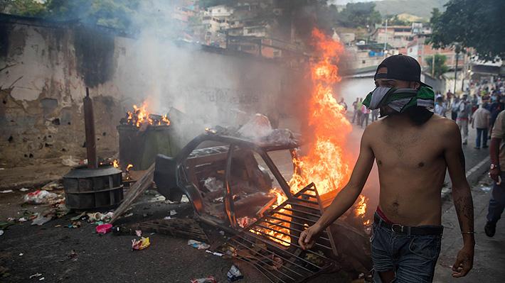Vecinos salen a la calle a respaldar a militares sublevados en Venezuela y se enfrentan con la Policía